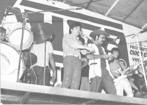 Foto de 1985, no estande da Busa Indústria e Comércio Máquinas  Agrícolas, na Festa do Peão de Miguelópolis. (1) o radialista Moreira  da Silva, apresentando a dupla (2) e (3) Gilberto & Gilmar
