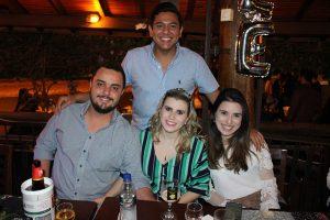Léo Ferreira (em pé), comemorando 26 anos, Guilherme Inácio e a namorada Samila Vicentini e Tamires Vicentini