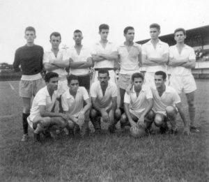 """Equipe formada por atletas da cidade, em partida realizada no estádio da Associação Atlética Ituveravense no ano de 1963. (1) o goleiro Darci Gonzales, (2) Antônio Carlos Ferreira (""""Guru""""), (3) João Machado, (4) Willian Abdalla (""""Carpideira""""), (5) José Curicaca, (6) Hélio Dias Campos (""""Lelo""""), (7) não identificado (8) Osmar (""""Dipau""""), (9) José Francisco de Rezende (""""Chiquinho""""), (10) Jesus Rodrigues (""""Capucha""""), (11) Hermes da Silva Porto (""""Vavá"""") e  (12) Aguiar Athaide de Souza"""