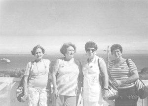 """Foto de 2002, de um cruzeiro marítimo no navio Splendour of The Seas, que foi de Santos a Santa Catarina, ida e volta, do qual participaram as ituveravenses (1) Dirce Cardoso Telles, que já faleceu, e que era viúva do médico José Ferreira Teles (""""dr. Juquinha""""); (2) a professora aposentada Annete Lima Gomes, viúva do cartorário de Rubens Corrêa Gomes; (3) Maria Aparecida Contart de Assis, viúva do professor José Ferreira de Assis e (4) Luzia da Penha Cordaro Araújo, viúva do cartorário José Renato Araújo."""