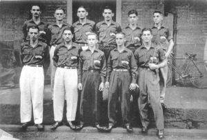 """Foto de 1958, de atletas de Ituverava, que estavam na Estação Ferroviária para embarcarem para a cidade de Rio Claro, onde disputaram os Jogos Abertos do Interior. (1) José (Zito) Abdalla, (2) Antônio França, (3) Não identificado, (4) José Mauad, (5) Urias Luiz da Silva, (6) Irineu Alexandre (""""Teixeirinha""""), (7) Mariano Giffone, (8) Jorge Nunes, (9) Ézio Athayde de Souza, (10) João Geraldo Coimbra  e (11) Antônio Jacob Curi (""""Chanca"""")"""