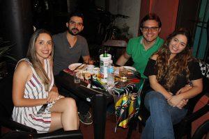 Gustavo Mendonça com a namorada Renata Donzeli, Rodrigo Chaebub e a namorada Yasmin Magalhães
