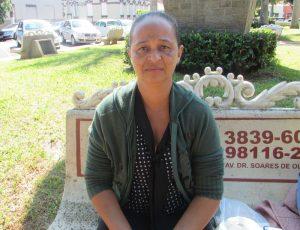 """""""Falta oportunidade de emprego nesse país, infelizmente estamos passando por situações difíceis. Motivo pelo qual, a necessidade da pessoa faz com que ela entre empréstimos, e consequentemente em dívidas e inadimplência. O que eu faço é sempre tentar economizar, por mais que seja difícil, é necessário"""".  Janaina Simone Martins, 42 anos, dona de casa"""
