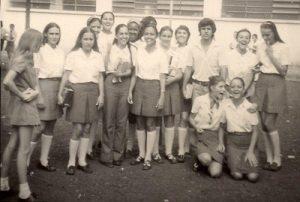"""Foto de 1968, das alunos do 3º Colegial do Instituto de Educação """"Capitão Antônio Justino Falleiros"""": (1) Regina Nascimento Alves, (2) Maria Justina Ferreira, (3) Gláucia Pinheiro, (4) Lourdes Bernadete de Matos, (5) Maria Bernadete Coimbra Amendola, (6) Maria Xavier Mesquita, (7) Maria Francisca Sandoval (""""Chica""""), (8) Célia Regina Alves Galdiano, (9) Lúcia Marisa Coelho de Abreu, (10) José Joaquim Ribeiro da Rocha (""""Dudu""""), (11) Ana Barreto, (12) Izilda Paschoim Leite, (13) Giana Viscardi e  (14) Maria Cristina de Freitas Rocha (""""Kikina"""")"""