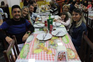 Claudair Júnior/Mariana Valim e a filha Maria Clara Ferreira Rosin, Arthur Rosin, Larissa Helena e Nanci Rosin