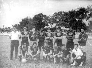 """Equipe da Associação Atlética Ituveravense que foi campeão de 1967, da 2ª Divisão de Profissionais da Federação Paulista de Futebol. (1) o técnico João Fernandes, (2) Carlito Dias Santiago, (3) o goleiro Carlos Henrique; (4) Justino, (5) Roberto, (6) Valdoir, (7) Zico, (8) Poy, que também era goleiro, (9) Celsinho, (10) Zé Augusto, (11) Bimbo, (12) não identificado, (13) Carioca, (14) o massagista Homero Peres. O presidente do clube na época era o agropecuarista Antônio (""""Totonho"""") Sandoval"""