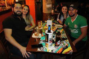 Guilherme Oliveira com a namorada Júlia Avezum, Caio Melanas e a namorada Aline Fernandes
