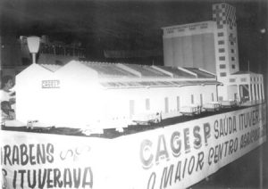 Em 10 de março de 1967, desfile em homenagem aos 83 anos de Emancipação Política de Ituverava. Na foto, em um carro alegórico, a réplica fiel da Cagesp – Companhia de Armazéns Gerais do Estado de São Paulo, mostrando caminhões na plataforma de desembarque. Na ocasião o prefeito era Orlando Seixas Rego
