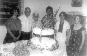 Foto de setembro de 1984, das Bodas de Ouro, 50 nos de casados de (1) Vicente Ferreira de Menezes, funcionário público do Estado, que trabalhava na Coletoria Estadual (hoje Posto da Receita Estadual) e (2) Maria Angelina Ribeiro Menezes. Os filhos (3) Ana Maria Ribeiro Menezes Borgatto, casada com o Juiz de Direito aposentado, Antônio Roberto Borgatto; (4) Vicente Ribeiro Menezes, casado com a professora Milza Menezes; (5) Maria Lucila Ribeiro Menezes, casada com Paulo Bedim Ferrari e (6) Maria Aparecida Ribeiro Menezes