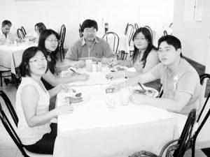 Foto do Acontece Edição 2.787, de 26 de julho de 2008, da Tribuna de Ituverava, no Távola Restaurante. O médico  Osvaldo Hashimoto, a esposa Leni Ide Hashimoto, que é  professora, e os filhos Max, Luany e Taise Hashimoto