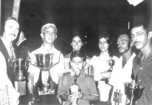 """Na foto, o agropecuarista Manoel Pontes Neto recebe  os prêmios que ganhou na Fapici (Feira Agropecuária, Industrial e Comercial de Ituverava), que foi realizada de 1969 a 1972. O gado da fazenda São Domingos, da qual Nelinho era proprietário, era um dos mais premiados do Brasil. (1) o prefeito Archibaldo Moreira Coimbra (in memoriam), (2), (3), (4) e (5) Manoel Pontes Neto (""""Nelinho) (in memoriam), sua esposa, Ilda Dias Santiago Pontes, e os filhos Nélia Dias Santiago Pontes e Manoel Pontes Neto Júnior, os funcionários da fazenda, Eurípedes Rodrigues e Pedro Eurípedes Camargo"""