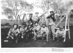 """Soldados atiradores do Tiro de Guerra 226 de Ituverava, nos anos 40, comandado pelo tenente Ernani. Na foto foram identificados (1) Fábio Lacerda Diniz, (2) Paulo Quintino Pereira, (3) Antonino Amendola, (4) Olivar Luiz Pires (""""Nenê""""), (5) Dionísio Menezes, (6) Sassuna e (7) Lima"""