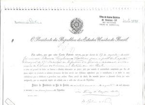 """Carta Patente assinada em agosto de 1898, pelo presidente da República dos Estados Unidos do Brasil, Epitácio da Silva Pessoa.  """"O Presidente da República dos Estados Unidos do Brasil fez saber, aos que esta Carta Patente virem, que por decreto de 19 de agosto de 1898, foi nomeado Tibúrcio Simpliciano Barbosa para o posto de Capitão Cirurgião do 17º Batalhão de Infantaria da Guarda Nacional da Vila Comarca Carmo da Franca, estado de São Paulo.  E como tal gozará de todas as honras e direitos inherentes ao posto; pelo que manda á autoridade competente que lhe dê posse depois de prestada a solene promessa de bem servir, aos Oficiais superiores que o reconheçam, e a todos os seus subalternos que o obedeçam e guardem suas ordens. Para servir de titulo, lhe mandei passar a presente Carta por mim assinada, que se cumprirá, depois de selada com o selo das Armas da República.  Palácio da Presidência no Rio de Janeiro, em vinte e cinco de agosto de mil oitocentos e noventa e oito, décimo primeiro da República."""