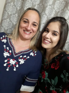 Fabrícia Dia 23 de outubro, comemora aniversário, a professora Fabrícia Liporone. Ela recebe os parabéns do marido Altino Gomes de Sá, da filha Lara Luíza Liporone de Sá, dos familiares e amigos
