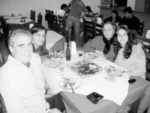 Foto do Acontece da edição 2.776, de 10 de maio de 2008, da Tribuna de Ituverava, no Aritana Churrascaria e Pizzaria: Alcina Moraes Zanella, a filha  Eneida Zanella e o esposo Lúcio Lima e a neta Ana Carolina Zanella