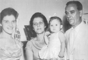 Foto de 1959, da família Mirandola. (1) e (2) os pais José Mirandola e Sara Rego  Miradola, as filhas (3) Maria Eduarda Mirandola Barbosa, casada com Romeu Barbosa (in memoriam) e (4) Jussara Mirandola Moreira, casada com José Daniel Moreira