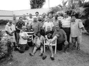 """Foto de edição 2.871, de 2 de abril de 2010, da Tribuna de Ituverava, do Grupo HAJA (Hoje e Amanhã Juntos Atuaremos) foi fundado em março de 1978, por jovens que se reuniam com frequência para praticar esportes, cantar e tocar violão e, principalmente pregar a filantropia, com filosofia de contribuir com a sociedade. Os membros do Grupo HAJA se reuniram sábado, dia 27 de março de 2010, para uma tarde de descontração. Na foto: Paulo Roberto Henrique dos Santos (""""Isquela""""), Paulo César de Souza (""""Timbete""""), Augusto Sinhorini Chaibub (""""Byll""""), Paulo Sérgio de Castro Perez (""""Paulinho""""), Domingos Malaquias da Silva (""""Domingão""""), Alfredo Fadel de Almeida (""""Alfredão""""), Marco Quintão, Célio Vancini, Athayde de Souza Júnior (""""Taidão""""), Tarso Costa Andréo, José Teodoro da Silva, Luiz Sérgio Garcia, Benedito Antônio Carvalho (""""Dito Catarino""""), José Luiz Alves Cassiano, Adelino de Jesus Martins, José Antônio Jabur (""""Dodô""""), Marcos Antônio Sampaio (""""Grilo""""), João Mesquita Xavier, Paulo Roberto Pedroso, Moacyr Ferreira Júnior e Glauton Humberto Mendonça (""""Tim"""")."""