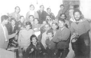 """Foto de 1970, do aniversário de 21 anos do jornal Tribuna de Ituverava. (1) Omar Moisés (2) Antônio de Pádua Alves Ferreira, (3) Mário José Alves Ferreira,  (4) Augusto Sinhorini Chaebub (""""Byll""""), (5) Eugênio Machado Cordaro (""""Geninho""""), (6) Oswaldo Massaó Toiota, (7) José Milton Alves (""""Tiquinho"""") (in memoriam),  (8) José Humberto Alves Fontoura, (9) Marco Antônio Alves Fontoura (""""Biraka""""), (10) Irineu de Carvalho André (in memoriam), (11) Luiz Alberto Alves Ferreira,  (12) Jair Alves de Souza, (13) Jorge Salim (in memoriam), (14) não identificado,  (15) Rubens Gomes do Nascimento, (16) Eurico Alves Ferreira (in memoriam),  (17) João Luiz Amorim Sandoval, (18) João Bosco Soares, (19) Benedito Mateus Alves Carvalho (""""Benê""""), (20) Luiz Sérgio Garcia, e (21) José de Aquino de Oliveira Jr<br>"""