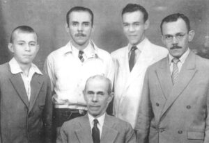 Foto de 1942, da família Soares de Oliveira. (1) o patriarca José Anibal Soares de Oliveira, que era médico, e os irmãos (2) o professor Luiz Orlando Soares de Oliveira, (3) o farmacêutico e bancário José Soares de Oliveira, (4) o médico Nelson Soares  de Oliveira, e (5) Murilo Soares de Oliveira, que era dentista<br>