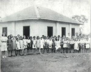 Foto provavelmente de 1947, da inauguração da Escola Rural da Fazenda do Alto da Mata, de propriedade de João de Paula, quando o prefeito era João Athayde de Souza.  (1) a professora Éster de Paula, (2), (3),  (4) e (5) – filhos do proprietário da fazenda - Edna de Paula Leão, casada com José de Paula Leão (in memoriam), Nézia de Paula Carrer, casada com Guido Carrer (ambos falecidos), Marta de Paula e Eurípedes de Paula (in memoriam). A foto foi gentilmente cedida  pelo aposentado Domingos de Oliveira.