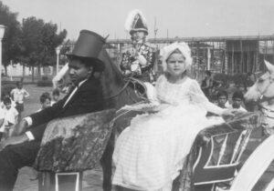 """Desfile de 7 de setembro de 1970, das comemorações do Dia da Independência do Brasil. (1) Manuel Pontes Júnior (""""Juninho""""), representava Don Pedro I. Ele é filho de Manuel Pontes Neto e Hilda Dias Santiago Pontes; (2) Cláudia Rodrigues Tosta, era  Maria  Leopoldina da Áustria, esposa de D. Pedro I. Cláudia é filha de Antônio Pio do Carmo Tosta e Irene Rodrigues Tosta; (3) o cocheiro era Fernando José de Paula, filho de  Oswaldo de Paula e Guiomar Corrêa de Paula"""