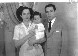 Foto do casal Moysés Miguel (in memoriam), que era proprietário da Casa Moysés, instalada onde hoje funciona o Empório das Rações, e a esposa Alice Jugdar Moysés (in memoriam), com o filho Miguel Moysés Neto, que tinha um ano de idade. Miguel hoje é médico radicado na cidade de Ribeirão Preto, casado com Lúcia Boudakian Moysés, e tem os filhos Murilo Boudakian Moysés (publicitário), Maurício Boudakian Moysés (advogado) e Miguel Boudakian Moysés (formado em Relações Internacionais)