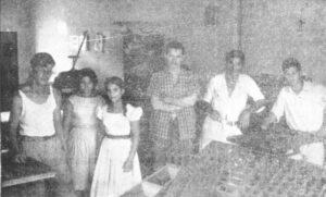 """Foto da Revista da Comarca de Ituverava, editada em 1958 pelo jornal Cidade de Ituverava, que era de propriedade do jornalista Muchir Miguel Francisco. Na foto funcionário e colaboradores da Gráfica do jornal, que editou a revista. (1) Gilberto Vianna Galli (""""Leco""""), (2) Sônia Maria Silva, (3) Maria Mercedes, (4) Jair Corrêa, (5) Waldemar Rosa, e (6) Maurício Rosa"""