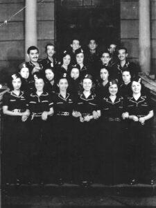 """Bloco dos Solteiros, no carnaval de 1942 na Associação Atlética Ituveravense:  (1) Abrão Abdala, (2) João Flauzino Sandoval Júnior, (3) Assad Chaibub,  (4) Jorge Nunes, (5) Geraldo Eurípedes de Menezes (""""Cobrinha""""), (6) Luzia Ribeiro, (7) Nicota Nunes, (8) Jorge Mey, (9) Lourival Jorge (""""Lulu""""), (10) Cecília Restivo, (11) Aurora Barion (""""Lola""""), (12) Amarília de Lima Mattar, (13) não identificada, (14) não identificada, (15) Olga Lanna, (16) Ana de Lima Gambi, (17) Suzana Lanna Contart, (18) Alicinha Amorim Sandoval, (19) Maria Mey e (20) Neuza Stupelo Sandoval"""