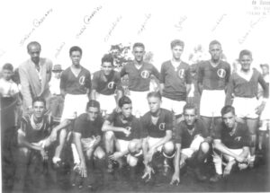 """Foto de 1947, do Ituverava Esporte Clube, no campo da Associação Atlética Ituveravense. (1) o técnico Joaquim Cassiano, (2) José Raul Chiconelli, (3) Adonis Andréo Coneça, (4) Celso Carneiro, (5) Orcalino Franco, (6) Jesus Rodrigues (""""Capucha""""), (7) Roberto Amêndola (""""Grilo""""), (8) Wilson Cordaro, (9) o goleiro Rubens França, (10) João Pugliani (""""Pavão""""), (11) Irineu Alexandre (""""Teixeirinha""""), (12) Devail Antônio Ciconeli, (13) Fábio Bombig, (14) Amilton Rodrigues (""""Garoa""""), (15) Walter Peralta Cunha (Cambão)"""