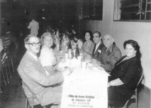 """Foto dos anos 70, de um jantar festivo, no Salão de Festas da Sociedade São João da Escócia: (1) e (2) José de Paula Neto e Alzira Faria de Paula, (3) e (4) Miguel Jacob Daur e Nair Andrade Daur, (5) e (6) Elias Maud (""""Lita"""") e Josephina Amêndola Mauad (""""Dona Pina""""), todos falecidos."""