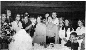 """Foto de 1973, do noivado de José Milton Alves (""""Tiquinho"""") e Hercília de Oliveira Alves. (1) Antônio Pereira de Souza, gerente aposentado do Banco do Brasil, (2) Humberto Cavalari Perez (in memoriam), (3) Luiz Sérgio Garcia, (4) Antônio Salvador Queiroz (""""Canoa""""), (5) e (6) os noivos José Milton Alves (in memoriam) e Hercília de Oliveira Alves, (7) Terezinha Ynada, (8) e (9) Marcos Vardasca e ) Cleide Souza Silva Vardasca, (10) Célia de Paula, (11) José Antônio (""""Zezé""""), (12) e (13)  José Francisco Carvalho (in memoriam) e Selma Abdalla Carvalho"""
