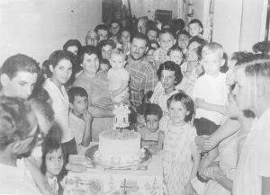 """Foto de 1962, do primeiro aniversário de (1) Orestes Leonel Filho (""""Nenê""""), (2) e (3) os pais do aniversariante Orestes Leonel e Amélia Durant Leonel (in memoriam), (4) a prima Elisa Maria, (5) e (6) os avós Arlinda e Francisco. Nenê, que é proprietário da Leonelo Calçados, é casado com Célia Garcia Leonel e são seus filhos Lígia Garcia Leonel e Rafael Garcia Leonel"""