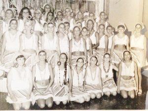 """Foto dos anos 70, do Bloco da Baianinhas, que mostra o glamour dos carnavais de Ituverava e da Associação atlética Ituveravense. (1) Mariza, (2) Maria Aparecida Barbosa (""""Piscida""""), (3) Elizabeth de Castro Perez (""""Betinha""""), (4) Ana Maria Abdalla, (5) Maria Ernestina Martins (""""Tina""""), (6) Solange Bandiera Amendola, (7)  Ana Maria Soares de Oliveira, (8) Maria Augusta Stupelo Sandoval (""""Guta""""), (9) Vera Rodrigues, (10) Tânia Pedro, (11) Edna Gibaile, (12) Márcia Bonadio, (13) Rita Bonadio, (14) Maria Helena Rodrigues, (15)  Sônia Regina Mendonça (""""Shon""""), (16) não identificada, (17) Ana Maria Borges, (18) não identificada (19) não identificada, (20) Maria da Graça Abdalla Henares, (21) Sandra Jugdar Moyses, (22)  Maria Aparecida Liporaci """"Mariinha""""), (23) Ana Alice Freitas Seixas, (24) Cristina Sandoval, (25) Cleuza Maria Vieira, (26) Maria Tereza Pontes, (27) Ana Maria Medeiros e (28) Magda Mattar Jorge"""