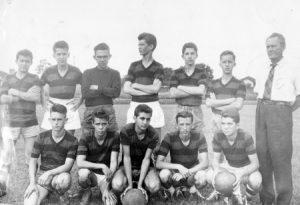 """Foto de 1956, do time de jovens comandado pelo esportista Arlindo Bordom (""""Batatinha""""), já falecido. (1) Celso Nunes (""""Piolim"""") (in memoriam), (2) Waldir Barbosa de Oliveira (in memoriam), (3) Acyr Chéchia (in memoriam), (4) Omildes de Paula (""""Tetê""""), (5) Rubens Mendes Maina, (6) Antônio Paulo Arena Cunha (""""Nanico"""") (in memoriam), (7) Arlindo Bordom (""""Batatinha"""") (in memoriam), (8) Lico Chapine, (9) Roberto de Melo (in memoriam), (10) Adolfo Medina Bucker, (11) Antônio Athayde de Souza (in memoriam) e (12) Wilson Macenino Palhares (in memoriam)."""