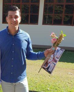 """Melhores TCCs Os melhores Trabalhos de Conclusão de Curso foram produzidos pelos estudantes Marcos Paulo Bocalon e Ariel Feiria Gomes, dos cursos de Agronomia e Medicina Veterinária, respectivamente.  """"O tema que desenvolvi no meu TCC foi """"Produtividade quali-quantitativa da cana-de-açúcar sob adubação organomineral"""" e o que mais me motivou a desenvolver esse tema foi a oportunidade de inovar e trabalhar uma nova forma de adubação com organomineral em uma das culturas de maior importância, como a cana-de-açúcar"""", afirma Marcos Paulo."""