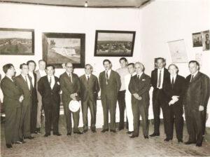 """Foto de aproximadamente 1967, de uma reunião na sede da prefeitura, quando o prefeito de Ituverava era Orlando Seixas Rego,. (1) o vereador José Luiz da Silva, (2) o cartorário Luiz Amendola, (3) o empresário Arsênio Viaro, (4) o alfaiate Guido Mirândola,(5) o deputado Hélvio Nunes da Silva (""""Zito""""), (6) o professor e advogado Antônio Barbosa Lima, (7) o advogado Antônio Baldijão Seixas, da cidade de Franca, (8) o prefeito Orlando Seixas Rego, (9) o empresário Edmur Viaro, (10) o vereador Antônio (""""Totonho"""") Sandoval, (11) o agropecuarista Dr. Paulo Borges de Oliveira, (12) o empresário Georgito Chaebub, (13) o advogado Haley Henares e (14) o presidente da Câmara João Athayde de Souza<br>"""