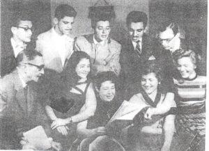 Foto tirada do ano de  1955, do Grupo Astro e Estrelas, do teatro da Escola de Comércio de Ituverava. (1) Nestor Alves Ferreira, diretor da Escola, (2) Roberto Mey, (3) José Maurício Amendola, (4) Benedito Bento Barbosa,  (5) Orlando Nascimento, (6) Antônio Lopes Soares, (7) Maria do Carmo Silveira, (8) Lílian Silveira, (9) as irmãs Ione do Valle e Ivete do Valle <br>