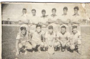 """Foto de 1964 do time dos Bandeirantes. (1) Jarbas Rodrigues (""""Testa""""), (2) José Roberto Vaz, (3) Não identificado, (4) Ari Diniz Telles (""""Ari Pepino""""), (5) Rubens Mendes Maina, (6) Eurípedes Ferreira da Silva (""""Pinho""""), (7) José Roberto Nogueira (""""Pagão""""), (8) José Shimizo, (9) Airton Cláudio Dias (""""Chimbica""""),  (10) Yoshi Maeda, e (11) José Carlos Bordon (""""Carlinhos Batata"""")<br>"""