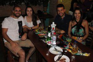Rafael Mascarenhase a namorada  Marcela Mendonça, Bráulio Pinto e a namorada Fabiane Duarte