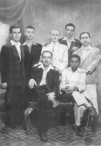 "Foto da década de 1940, dos amigos: (1) José Branco (farmacêutico), (2) Filemon Nobre, (3) Lauro Bordon (""Bordonzinho"") (farmacêutico), (4) Nelson Cordaro (farmacêutico), (5) Edson Alves Ferreira (farmacêutico), (6) Nelson (balconista do Bazar Combate, que era de propriedade da família Chaibub) e (7) Manoel Lopes Correa Filho (farmacêutico)"