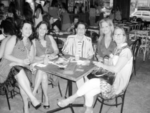 """Acontece da Tribuna de Ituverava, edição 2.792, de 30 de agosto de 2008, quando o Maktub Cervezzaria promoveu o Happy Woman, evento voltado para mulheres. Eram proprietários do Maktub Cervezzaria (que era instalado onde hoje é a Arlete Acabamentos), os irmãos Ricardo Chaebub Rodrigues (""""Kadão"""") e Paula Chaebub Rodrigues Mateus: (1) Kátia Rodrigues, (2) Marihen Abdala, (3) Elora Nogueira, (4) Geralda Rodrigues e (5) Samia Abdala"""