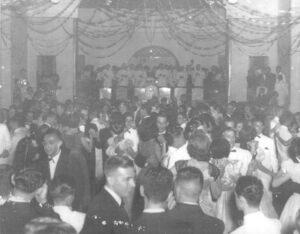 A data não foi possível precisar, mas veja o glamour dos famosos bailes dos anos dourados da Associação Atlética Ituveravense, os homens trajando terno preto ou branco e  gravata borboleta, e as mulheres impecavelmente vestidas. Outra curiosidade era o tamanho do palco, e a numerosa orquestra que embalava os casais da época, que era puro romantismo