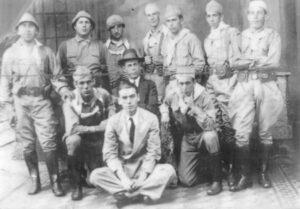 Voluntários da Revolução Constitucionalista de 32, que estavam na cidade de Ribeirão Preto, em companhia do Dr. José Anibal Soares de Oliveira. Da esquerda para a direita em pé: (1) Fulgêncio de Almeida, (2) Alcino Parreira, (3) Jorge Armindo Jacob, (4) José Vieira, (5) Moacir França, (6) o sargento Anchieta Silva, (7) Alexandre Carrer. Sentados: (8) José Soares de Oliveira, (9) dr. José Anibal Soares de Oliveira, (10) José Crastelo, e (11) o pianista Geraldo Mendonça
