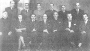 A foto registra o ato da instalação da Comissão do Recenseamento de 1940, constituída pelo professor Ademar Figueiredo, que era delegado do censo na região, que nomeou chefe em Ituverava, o Dr. José Alípio Furquim Fonseca. Em pé da esquerda para a direita: (1) Higino Antônio Contart, (2) Humberto Ordini, (3) um funcionário do censo não identificado, (4) Dr. Francisco Faleiros, (5) dr. Cláudio Romeiro, (6) Joaquim Ribeiro da Rocha. Sentados: (7) Padre João Rulli, (8) a professora Maria Caleiros, (9) o Dr. José Alípio Furquim Fonseca, (10) juiz de Direito, Dr. Itagiba Porto, (11) o professor, Ademar Figueiredo, (12) o prefeito Balduino Nunes da Silva, (13) o Delegado de Polícia Dr. Gilberto Andrade.