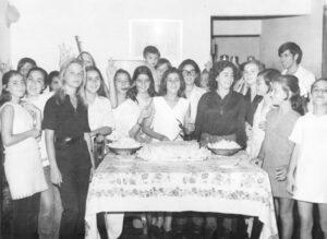 Foto do ano de 1971, do aniversário de Cleuza Mariano Viaro, na residência de seus pais Arcênio Viaro e Edna Mariano Viaro. (1) Vera Nader, (2) Denise Jardim, (3) Nélia Santiago Pontes, (4) América de Menezes, (5) Solange Bavaresco, (6) Lígia Rodrigues Tosta, (7) Maria Elídia Carrer, (8) Elaine Bavaresco, (9) Antonieta Dalmázio Cristóvão, (10) Maria Inês, (11) a aniversariante Cleuza Viaro, (12) Edna Barbosa de Mattos, (13) a mãe da aniversariante Edna Viaro, (14) Margarette Germano Del Guerra, (15) Leila Viaro, irmã da aniversariante, (16) Vera Sakemi, (17) Carlos Jacob Daur, (18) Mariza Carrer e (19) Heloísa Caliguer