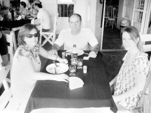 Foto do Acontece da Edição 2.803, de 15 de novembro de 2008, da Tribuna de Ituverava, em almoço do Távola Restaurante.  O agropecuarista Ivan Deienno a esposa Rosa Gambi Deieno e a filha Júlia