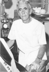 """Foto de 31 de julho de 1977, do cirurgião-dentista José Ferreira Telles (""""Ferreirinha""""), em seu gabinete. Ele era filho de Alzira Ferreira Telles e Franklin Ferreira de Menezes. Ferreirinha casou-se dia 20 de dezembro de 1953, na cidade de Uberlândia, com a professora Maria Aparecida Costa Menezes (""""Cidinha do Ferreirinha""""), que fundou em Ituverava, o Lar """"Francisco de Assis""""."""