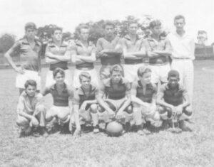"""A equipe dos Estudantes, em foto de 1963, no campo da Associação Atlética Ituveravense. (1) Antônio Márcio Ribeiro Sandoval, (2) Sérgio de Freitas Barbosa (""""Cabeça""""), (3) Jarbas Rodrigues (""""Testa""""), (4) Rui Abdala (""""Barrela""""), (5) José Estevan Alves (""""Estevinho""""), (6) Luiz Carlos Silva (""""Índio""""), (7) não identificado, (8) Jorge Saad (""""Jorginho""""), (9) Aldo Junqueira Marcondes, (10) Carlos Vardasca (""""Kaó""""), (11) Hermes da Silva Porto (""""Vavá""""), (12) Luiz Falleiros Nunes da Silva e  (13) Taro"""