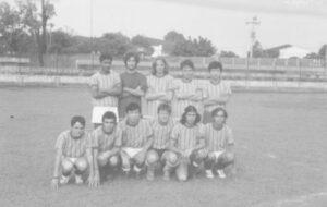 "Foto de 1973, da equipe do Nissei. (1) Luiz Fernando dos Santos Silva (""Solera) (in memoriam), (2) Alfeu Medina Bucker (in memoriam), (3) Luizão Amêndola, (4) João César Cardoso do Carmo, (5) Romes Furutani, (6) Marco Antônio Sampaio (""Grilo""), (7) Luiz Eduardo Ferreira Nogueira (in memoriam), (8) Inácio Kikuda, (9) Antônio Bonadio (""Caveira""), (10) Camilo de Lelis Lima Sandoval e (11) Antônio Carlos da Silva Neves (""Fefeco"")."