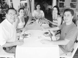 Acontece da Tribuna de Ituverava, da edição 2.853, de 21 de novembro 2009 no Távola Restaurante. O advogado Roberto Mirândola/Sônia, os filhos Roberta, Guilherme Machado Mirândola/Leonora